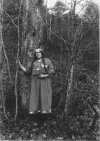Woman dressed in Native American clothing